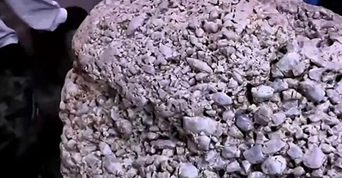 스리랑카 라트나푸라에서 발견된 세계 최대 크기의 사파이어 원석. BBC 캡처