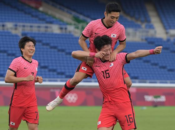 28일 오후 일본 요코하마 국립경기장에서 열린 2020 도쿄올림픽 남자축구 조별리그 B조 3차전 대한민국 vs 온두라스 전반경기에서 황의조가 골을 넣고 세레머니를 하고 있다. 올림픽사진공동취재단H