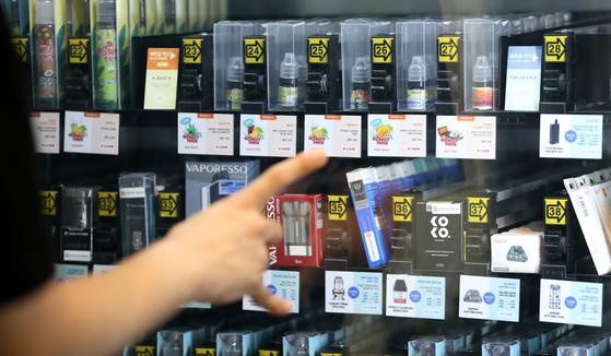 지난 20일 서울시내의 한 전자담배 판매점에 전자담배들이 진열되어 있다. 뉴스1