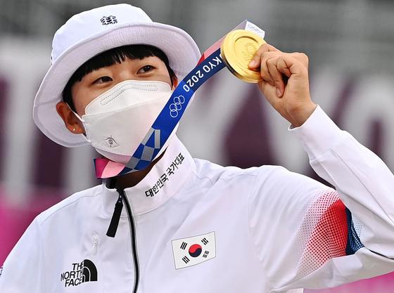 안산이 30일 일본 도쿄의 유메노시마공원 양궁장에서 열린 2020 도쿄올림픽 양궁 여자 개인 결승 시상식서 금메달을 들어 보이고 있다. 안산은 혼성단체전, 여자단체전에 이어 개인에서도 금메달을 차지하며 사상 첫 올림픽 여자 양궁 3관왕이 됐다. 2021.7.30. 도쿄=올림픽사진공동취재단Z