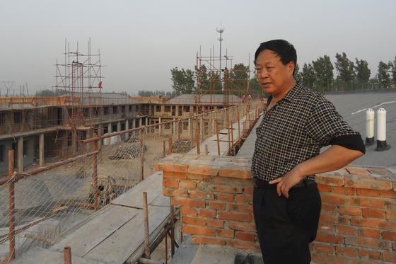 지난 2012년 5월 촬영한 쑨다우 다우그룹 회장. 중국 허베이성 바오딩시 다우촌 건설 현장을 시찰하고 있다. 28일 쑨 회장은 총 9개 죄목으로 18년 징역형을 판결 받았다. [AP=연합뉴스]