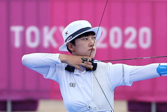 안산이 지난 30일 일본 도쿄의 유메노시마공원 양궁장에서 열린 2020 도쿄올림픽 양궁 여자 개인 결승에서 러시아올림픽위원회의 옐레나 오시포바를 6-5로 꺾고 우승을 차지했다. [도쿄=올림픽사진공동취재단]