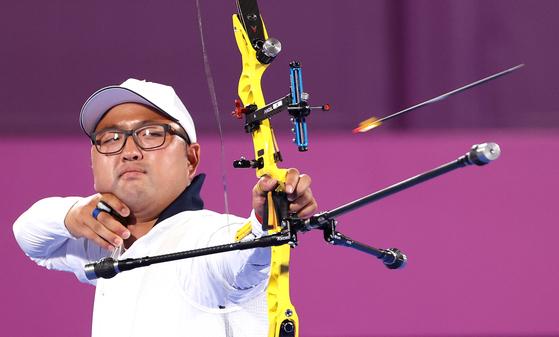 올림픽 양궁대표팀 김우진이 31일 일본 도쿄 유메노시마공원 양궁장에서 열린 도쿄올림픽 남자 개인전 8강전에서 승리했다. [연합뉴스]