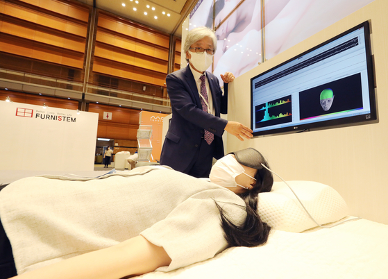On the morning of the 8th, a visitor who visited the 'Korea Honey Sleep Project, 2021 International Sleep Industry Expo-Sleep Tech 2021' held at COEX in Samseong-dong, Gangnam-gu, Seoul, experienced it first hand.  News 1