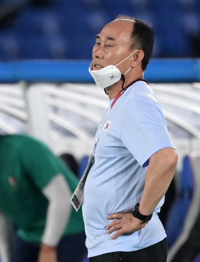 김학범 올림픽축구대표팀 감독이 31일 도쿄올림픽 8강전 멕시코전에서 심각한 표정으로 그라운드를 바라보고 있다. 요코하마=올림픽사진공동취재단