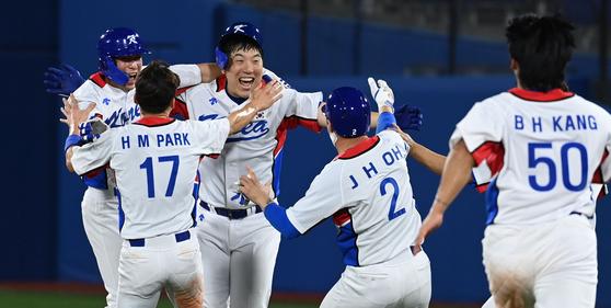 김현수(왼쪽에서 3번째)의 끝내기 안타로 도미니카전에서 극적인 역전승을 올린 뒤 기뻐하는 야구대표팀 선수들 [요코하마=올림픽사진공동취재단]