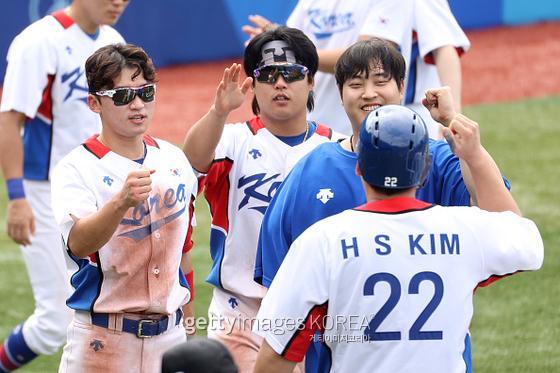 김현수가 2일 도쿄올림픽 이스라엘전에서 11-1 콜드 게임 승리를 확정짓는 마지막 득점을 올린 뒤 동료들의 축하를 받고 있다.