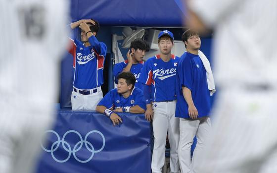 4일 일본 요코하마 스타디움에서 열린 2020 도쿄올림픽 야구 한국 vs 일본 준결승 경기. 2-5로 패배한 대한민국 대표팀이 아쉬워하고 있다. 그러나 아직 우승 가능성이 남아있다. 요코하마= 올림픽사진공동취재단