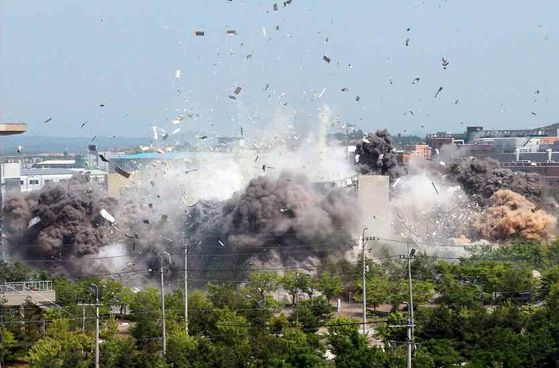 A photo of the bombing of the inter-Korean liaison office in Kaesong released in June last year by the Rodong Sinmun, the official newspaper of the North Korean Workers' Party.  News 1