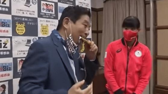 돌연 마스크 벗고 앙~…남의 금메달 콱 깨문 황당 日정치인 [영상]