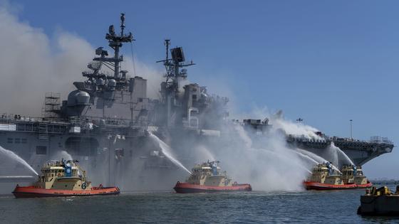 2020년 7월 12일 미국 샌디에이고에서 본햄 리차드함에 불이 나 소방정이 출동해 진화에 나서고 있다. 당시 이 불은 5일 동안이나 이어졌고, 이 불로 본험 리차드함은 결국 폐선 처리됐다. [사진=미 해군 제공]