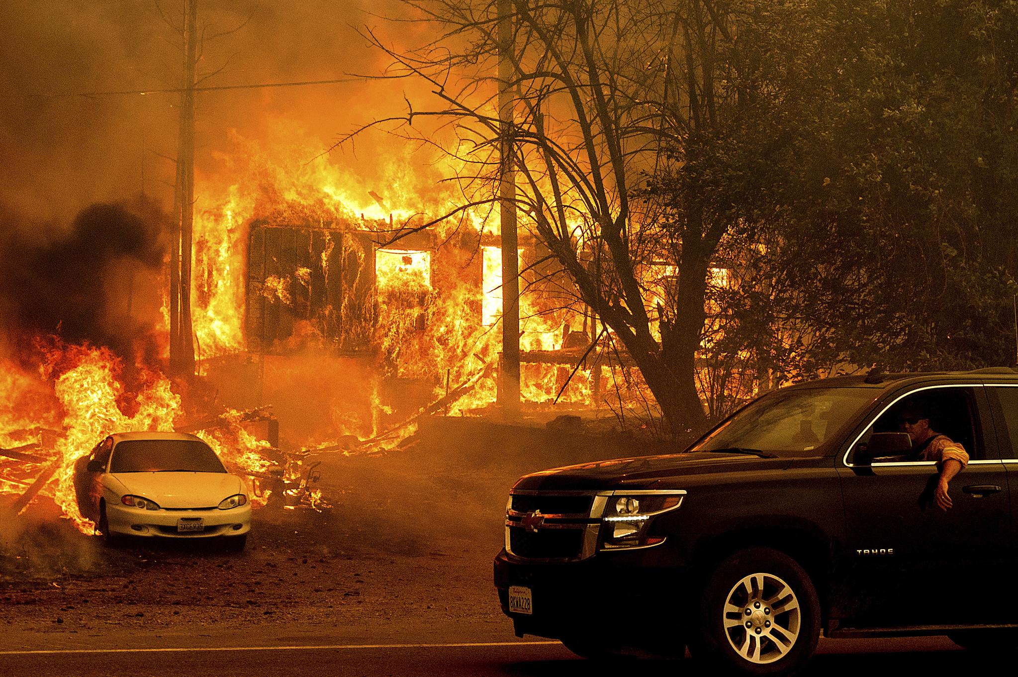 [이 시각] 3주째 불타는 '딕시 산불', 100년 넘은 마을도 파괴돼…