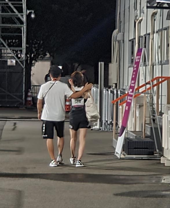 경기 후 훌쩍이며 경기장을 떠나는 서채현을 코치가 위로해주고 있다. 박린 기자