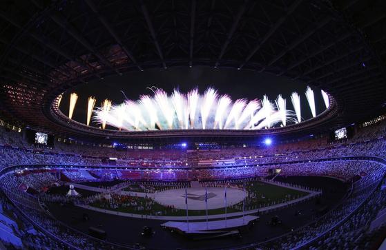 8일 도쿄올림픽 스타디움(신국립경기장)에서 열린 2020도쿄올림픽 폐회식에서 불꽃이 터지고 있다. 도쿄=올림픽사진공동취재단