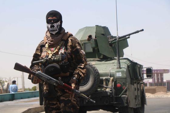지난 5일 아프가니스탄 정부군이 헤라트에서 탈레반 무장세력과 방어전 후 순찰하고 있다. [EPA=연합뉴스]