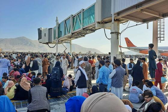 16일(현지시간) 아프가니스탄 카불공항에 피난민들이 몰려들어있다. 현재 미국 측은 공항 혼잡으로 항공기 운항을 모두 중단시킨 상태다. AFP=연합뉴스