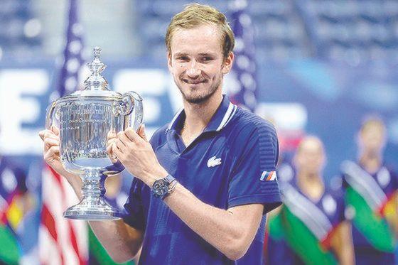 US오픈 테니스 우승 트로피를 들고 미소 짓는 메드베데프. [AFP=연합뉴스]