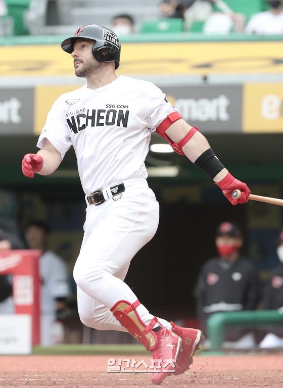 KBO리그 역대 12번째이자 외국인 타자로는 역대 두 번째 '5년 연속 20홈런'을 달성한 로맥. IS포토