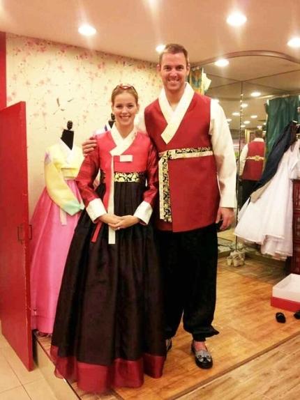 2014년 삼성 라이온즈 투수였던 밴덴헐크와 아내 애나가 한복을 입은 모습. [사진 애나 밴덴헐크 SNS]