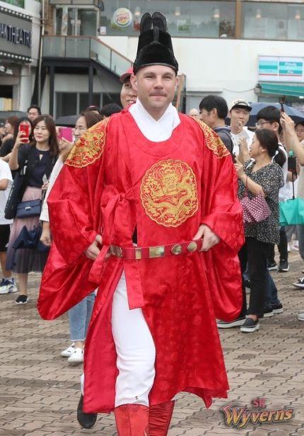 2019년 추석 연휴를 맞아 당시 SK 와이번스 외국인 선수였던 제이미 로맥이 한복을 입고 팬 앞에 섰다. [사진 SK 와이번스]