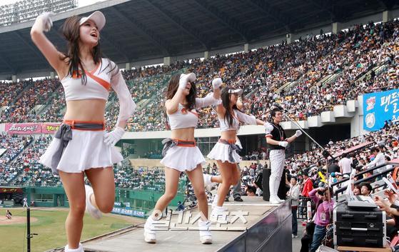 2008.4.6.임현동 기자 hyundong30@joongang.co.kr/ 6일 잠실야구장에서 열린 LG-롯데 전. 롯데 치어리더들이 율동하고 있다. 2008년 4월 6일 롯데치어리더 /IS포토