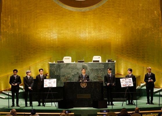 미국 뉴욕에서 열린 유엔(UN) 총회에서 방탄소년단(BTS)이 연설하고 있다. [AP=연합뉴스]