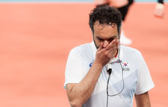 [올림픽] 고민하는 라바리니 감독   (도쿄=연합뉴스) 손형주 기자 = 6일 일본 아리아케 아레나에서 열린 도쿄올림픽 여자 배구 한국과 브라질의 준결승전. 한국의 라바리니 감독이 3세트 연속 범실로 실점한 뒤 고민에 잠겨 있다. 2021.8.6   handbrother@yna.co.kr (끝)  〈저작권자(c) 연합뉴스, 무단 전재-재배포 금지〉