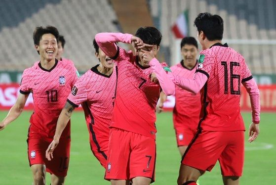12일(현지시간) 이란 테헤란 아자디 스타디움에서 열린 2022 카타르월드컵 아시아최종예선 A조 4차전 대한민국 대 이란의 경기에서 손흥민이 선제골을 넣은 뒤 세리머니를 하고 있다. 연합뉴스