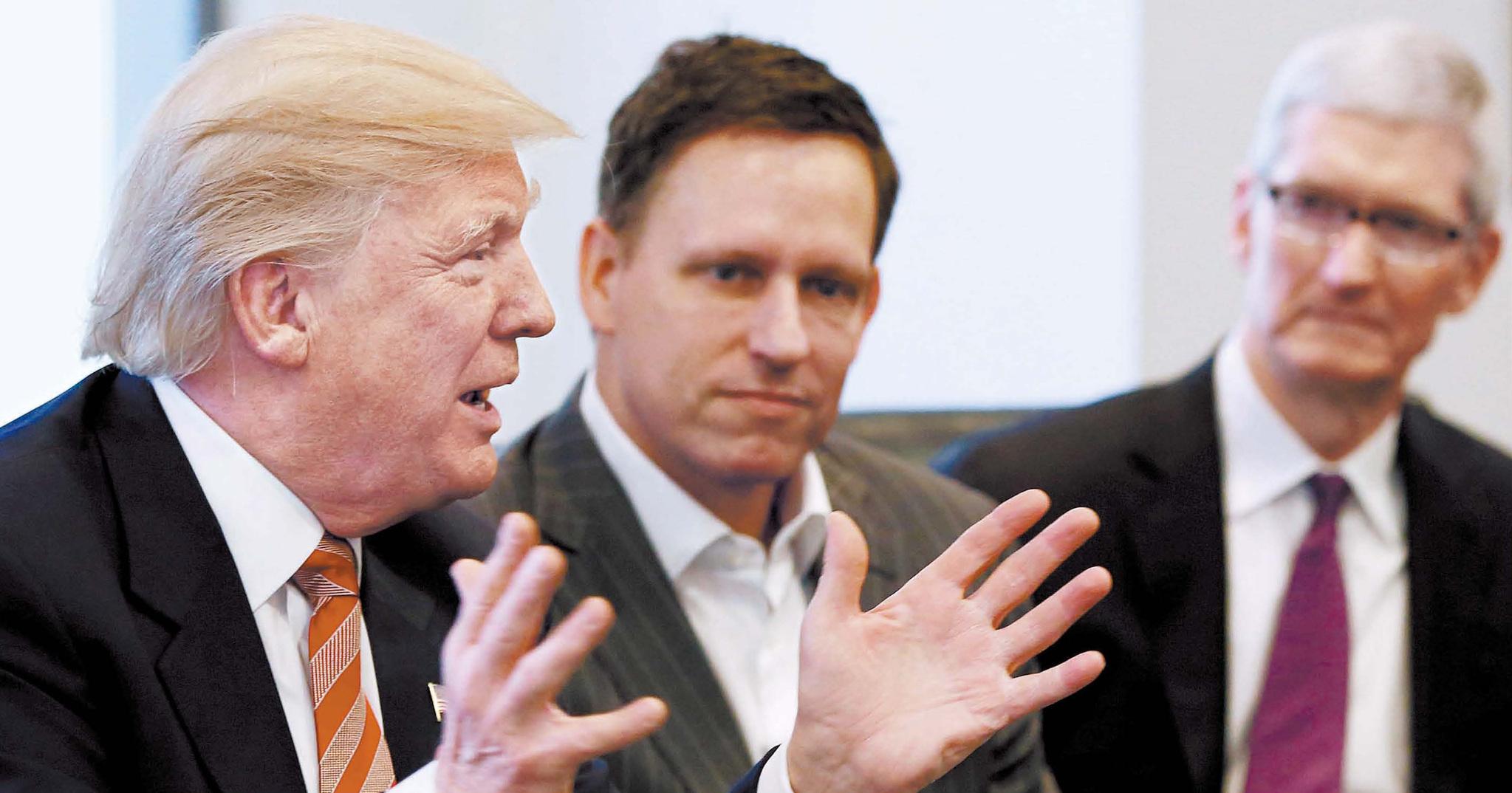 도널드 트럼프 미국 대통령(왼쪽)이 지난해 12월 열린 '테크서밋'에서 피터 틸 페이팔 공동창업자(가운데), 팀 쿡 애플 CEO와 대화하고 있다. [로이터=뉴스1]