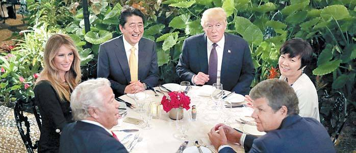 10일 마라라고에서 만찬 중인 도널드 트럼프 대통령 부부와 아베 신조 총리 부부. [로이터=뉴스1]