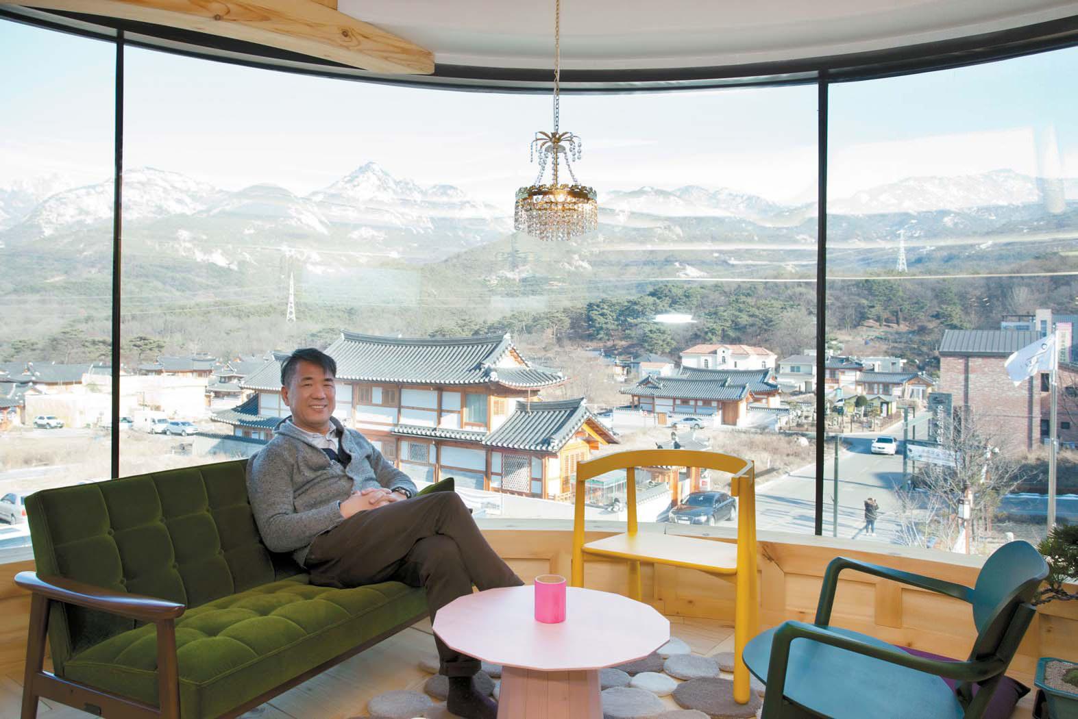 건물 3층 일본 가구 브랜드 '가리모쿠' 매장에 있는 배윤목 대표.