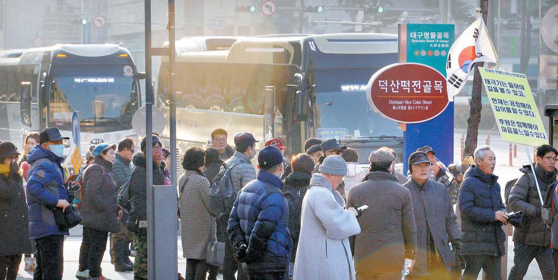 25일 오전 대구시 중구 동아백화점 앞에서 박사모 대구본부 등 보수단체 회원과 시민들이 이날 오후 서울 도심에서 열리는 태극기집회에 참석하기 위해 전세버스를 기다리고 있다. 프리랜서 공정식