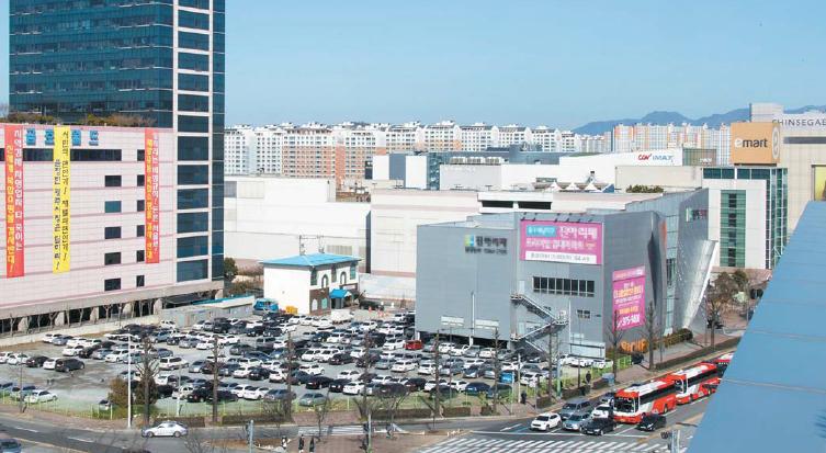 신세계가 특급호텔ㆍ면세점을 신축하려는 광주 터미널 일대 공터. '개발 반대'를 주장하는 플래카드가 왼쪽에 붙어 있다. [프리랜서 오종찬]