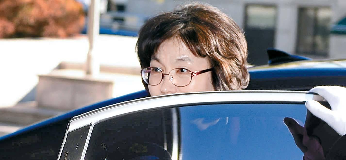 헌법재판소장 권한을 대행 중인 이정미 재판관이 24일 오전 서울 종로구 헌법재판소에 출근하고 있다. 경찰은 24일부터 이 재판관을 포함해 헌법재판관 8명에 대한 24시간 근접경호를 시작했다. [뉴시스]
