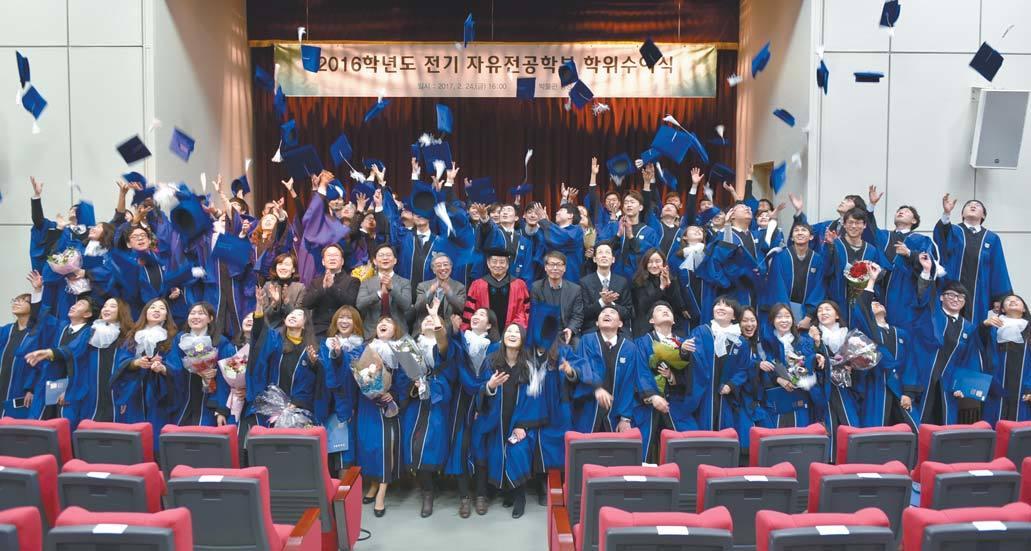 지난달 24일 서울대 졸업식에서 자유전공학부 졸업생 99명이 학사모를 던지며 졸업을 자축하고 있다. [사진 서울대]