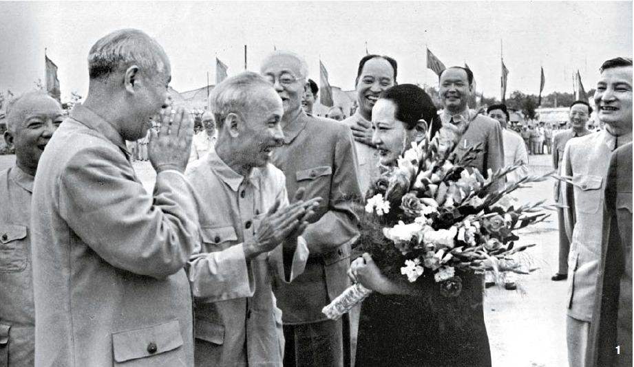1 중국을 방문한 호치민(胡志明)에게 꽃다발을 증정하는 쑹칭링. 1955년 7월, 베이징.