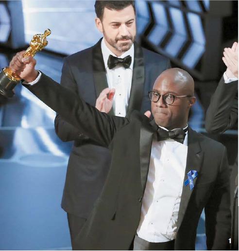 1 지난달 26일 미국 LA 돌비극장에서 열린 제89회 아카데미상 시상식에서 작품상을 받은 '문라이트'의 배리 젠킨스 감독이 트로피를 들어보이고 있다.