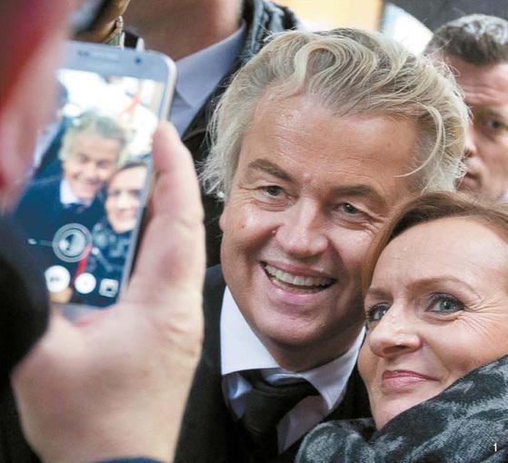1 네덜란드 극우 자유당 대표인 헤이르트 빌더르스(왼쪽)가 지난 8일 브레다에서 지지자들의 사진 촬영 요청에 응하고 있다.