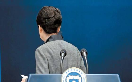 박근혜 전 대통령이 지난해 11일 29일 청와대 브리핑룸에서 대국민 담화문을 발표한 후 회견장을 떠나고 있다. 김성룡 기자