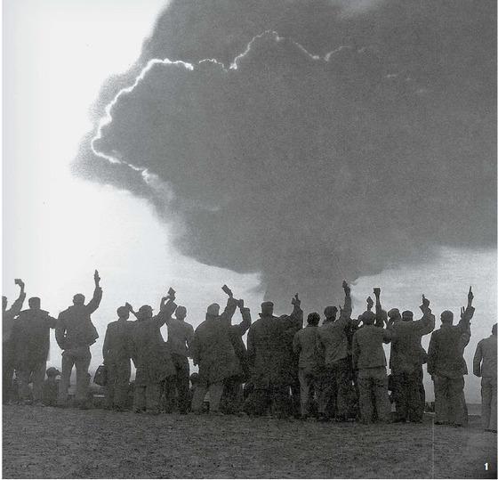 1 중국의 핵무기 개발은 10년이 걸렸다. 1964년 10월 16일 오후 3시 첫 번째 핵실험 성공에 환호하는 과학자들.