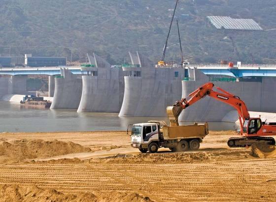 2011년 10월 경남 창녕의 함안보 공사 현장. 한국수자원공사는 4대강 개발사업비 7조1000억원을 자산으로 처리했다가 2015년 한꺼번에 손실로 반영해 분식회계 논란을 빚었다. [중앙포토]