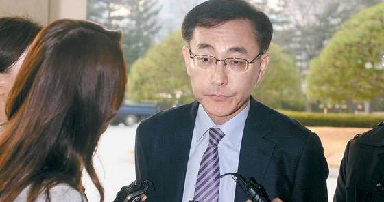 """김수남 검찰총장은 지난 23일 박근혜 전 대통령에 대한 영장 청구 여부를 묻는 질문에 """"법과 원칙, 수사 상황에 따라 판단하겠다""""고 말했다. [뉴시스]"""