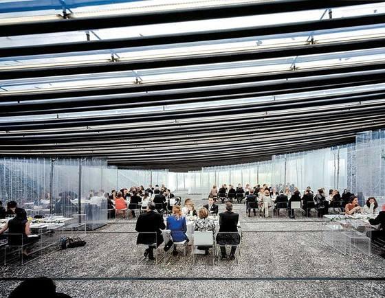 올로토의 '움직이는 레스토랑'(2011). 돌담 사이에 가벼운 지붕을 얹어 완성했다.