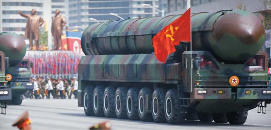 김일성 생일 105주년을 맞아 15일 평양 김일성광장에서 김정은 노동당 위원장이 참석한 가운데 열린 열병식에서 고체연료 엔진을 사용하는 것으로 추정되는 신형 대륙간탄도미사일(ICBM)이 선보였다. [AP=뉴시스]