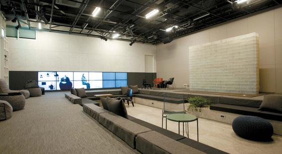 수애뇨의 1층(법규상 지하 1층). 공간 오른쪽에 전시된 비누벽이 신미경 작가의 'The Wall'이다.