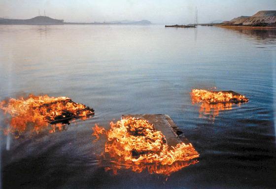 이승택의'하천에 떠내려가는 불 붙은 화판'(1964) 퍼포먼스 기록사진 [제공 갤러리현대]