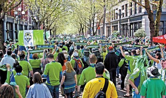 길거리 응원을 펼치는 미국 프로축구팀 시애틀 사운더스의 팬들. [사진 사운더스]