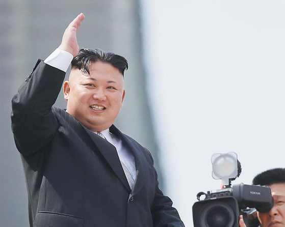 김정은 북한 노동당 위원장이 15일 평양 김일성광장에서 열린 열병식에 참석해 환호하는 군중을 향해 손을 흔들고 있다. [AP=뉴시스]