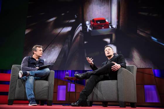 일론 머스크(오른쪽)가 LA 교통정체 해소를 위한 초고속 이동 터널 사업을설명하고 있다. 왼쪽은 TED 총괄 큐레이터 크리스 앤더슨. [사진 TED]