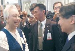 말레이시아와 일본 국교 수립 60주년 축하 행사에서 만난 나루히토 일본 왕세자(오른쪽).